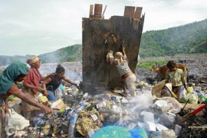 Women in Timor Leste collecting garbage(Martine Perret / UN Photos)