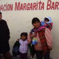 Margarita Barrientos, a la izquierda, y una familia beneficiaria de su comedor Crédito: Marcela Valente /IPS