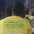 Hombres por el fin de la violencia contra la mujer, dice la camiseta de un vecino de Santa Marta.  Crédito: Fabiana Frayssinet/IPS