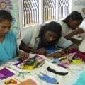 Frauen produzieren und verkaufen Gegenstände aus Müll. Foto: Thanal, IPS