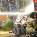 Maledivische Demonstrantinnen trotzen Wasserwerfern