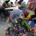 Un proyecto inserto en la pacificación de las favelas de Río de Janeiro rescata el estilo de los suburbios y materiales desaprovechados para crear una moda sustentable. En primer plano, materiales rescatados; detrás, las estudiantes de moda en acción. Crédito: Fabiana Frayssinet/IPS