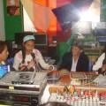 Trifonia Tordoya, sus hijas y su nieta, durante la emisión de su programa       Crédito: Jenny Cartagena T./IPS