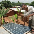 Numfor Jude installiert Solarpanele – Bild: Monde Kinsley Nfor/IPS