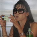 Die transsexuelle Thailänderin Sujinrat Prachathai, die in Neuseeland ein Aufenthaltsrecht genießt, zeigt dort ihren Ausweis, der sie eindeutig als Frau identifiziert. – Bild: Sutthida Malikaew/IPS
